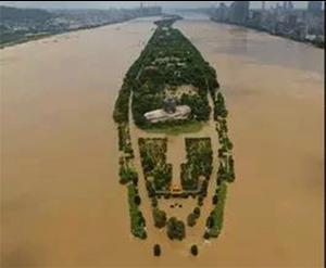 圖5:新華社報導湖南去年6、7月間遭受歷時最長且強度最大的降雨,造成全省共1,223.8萬人受災,83人死亡或失踪。(取自新華社)