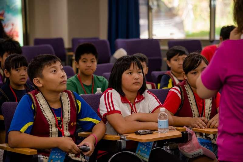透過深度的影片介紹及解說導覽,孩子們有機會再一次認識自己美麗的家鄉