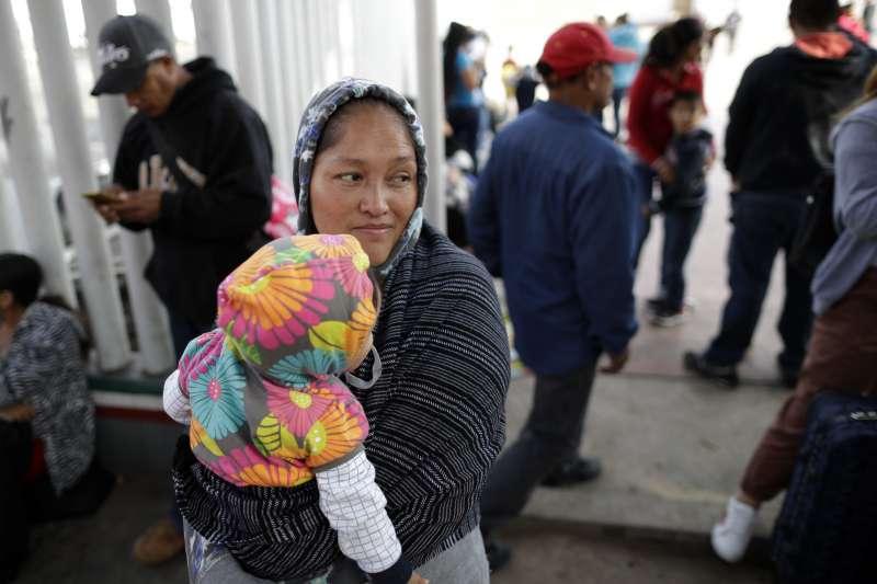 來自墨西哥米卻肯州的婦女瑪利亞,為了逃離家鄉的暴力情況,帶著襁褓中的女兒潔思敏到美墨邊境申請政治庇護,已在邊境等了2個星期(美聯社)