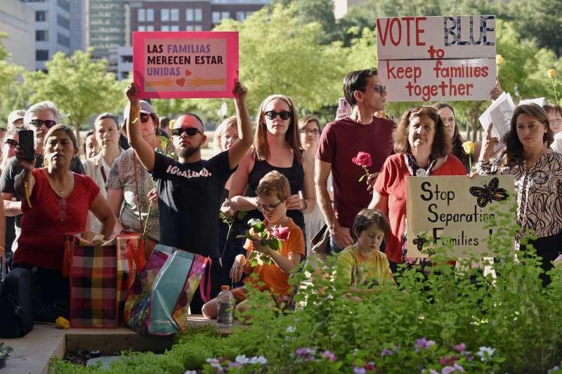 6月14日,美國德州民眾抗議川普政府的移民政策拆散非法移民家庭(美聯社)