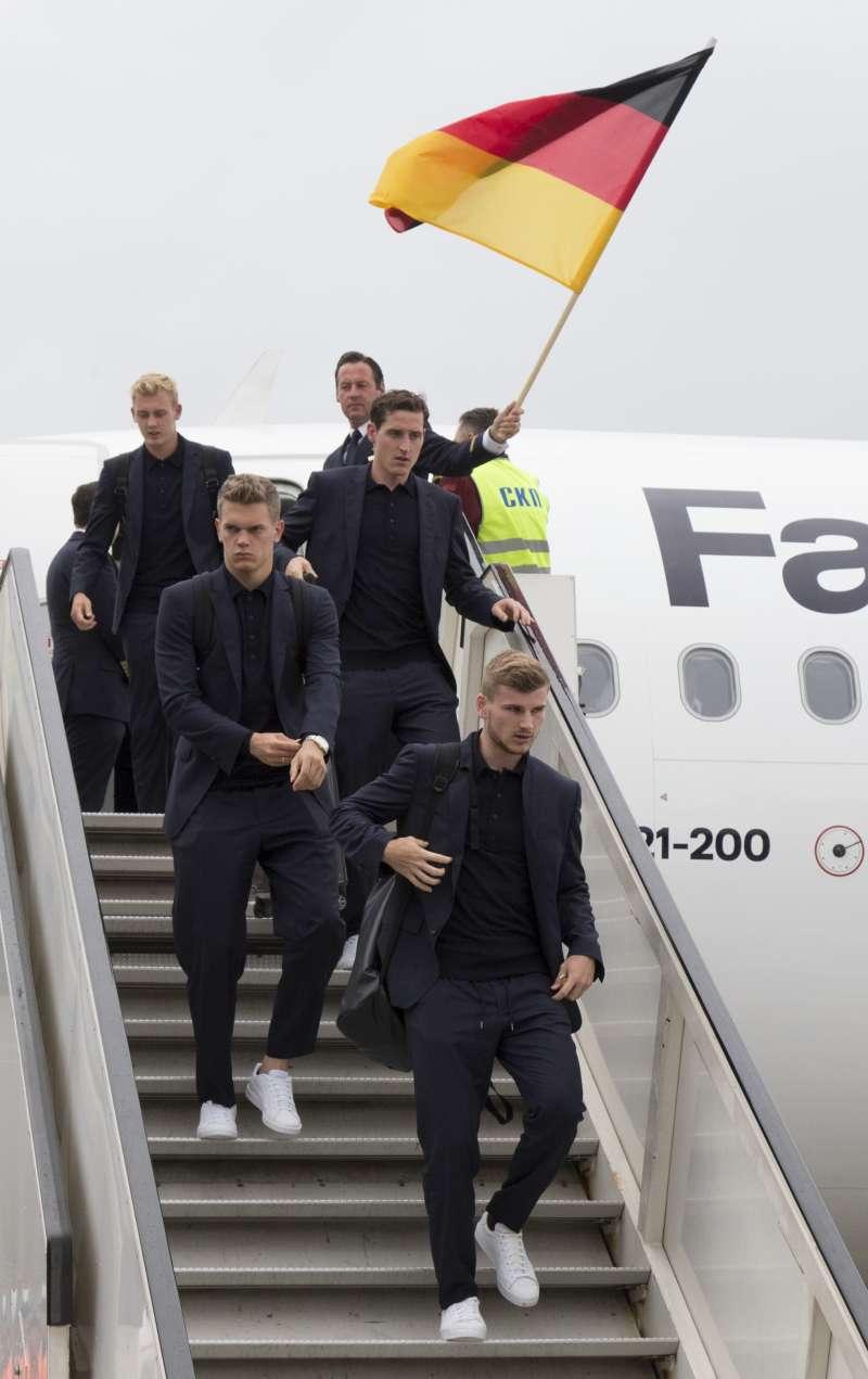 世足:德國隊抵達俄羅斯莫斯科,球員舉國旗下機(AP)