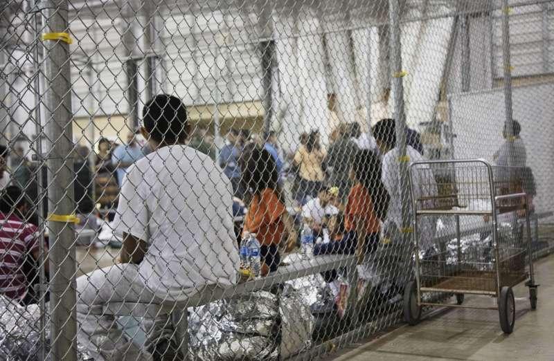 美國德州南部邊境城市麥卡倫的處置中心內,非法移民被關在籠子裡(美聯社)