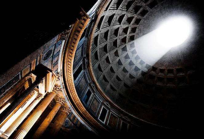萬神殿是古羅馬建築與藝術的結晶,上方的透光口會隨著太陽位置的移動而改變光線的角度,讓建築物像是有了生命一樣。