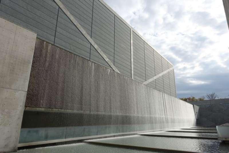 位於大阪府的狹山池博物館則承載著時代的歷史與記憶,安藤忠雄透過由無數水珠串連而成的帷幕,帶給人川流不息的意象。
