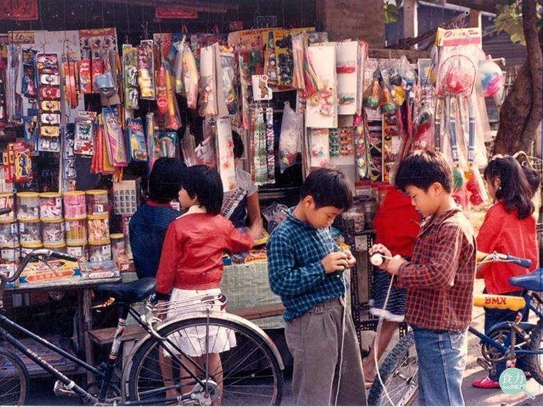 俗稱「柑仔店」的傳統雜貨店早在日治時期已經出現,以前的小孩子會在那裡購買零食,圖為80年代雲林街頭的柑仔店。(圖/張哲生提供|食力foodNEXT)