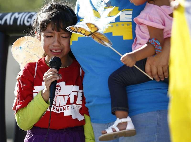 6月18日,美國亞利桑那州鳳凰城民眾在地方法院前抗議川普政府的移民政策拆散非法移民家庭,8歲女孩維嘉絲(Akemi Vargas)哭著訴說自己被迫與爸爸分開的事(美聯社)