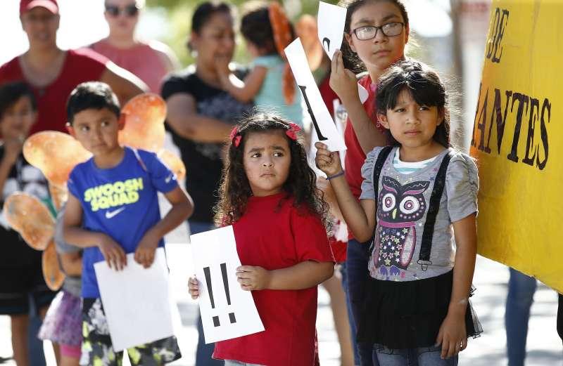6月18日,美國亞利桑那州鳳凰城民眾在地方法院前抗議川普政府的移民政策拆散非法移民家庭,一群孩子也參與這場抗議(美聯社)
