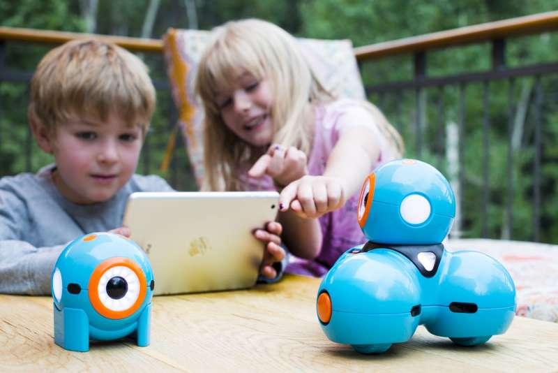 林百里說,現代的小孩子們是AI原住民,跟AI說話可能比跟媽媽說話還多。(圖/WonderWorkshp提供)