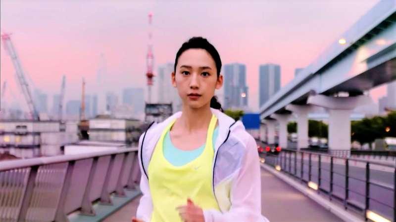 健走屬於「有氧運動」的一種,可強化心肺功能,規律的將氧氣吸入體內,同時也能讓與「偏頭痛」息息相關的「血清素」含量較為穩定。(示意圖非本人/翻攝自youtube)