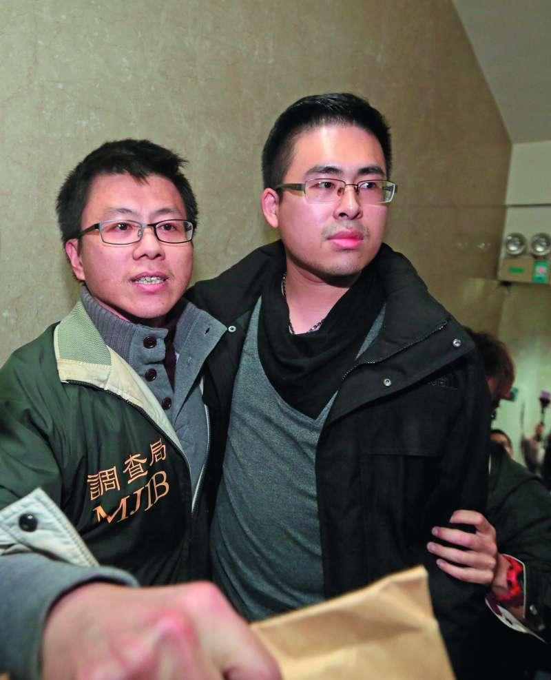 調查局搜索王炳忠(右),意外查出重大案情。(柯承惠攝)