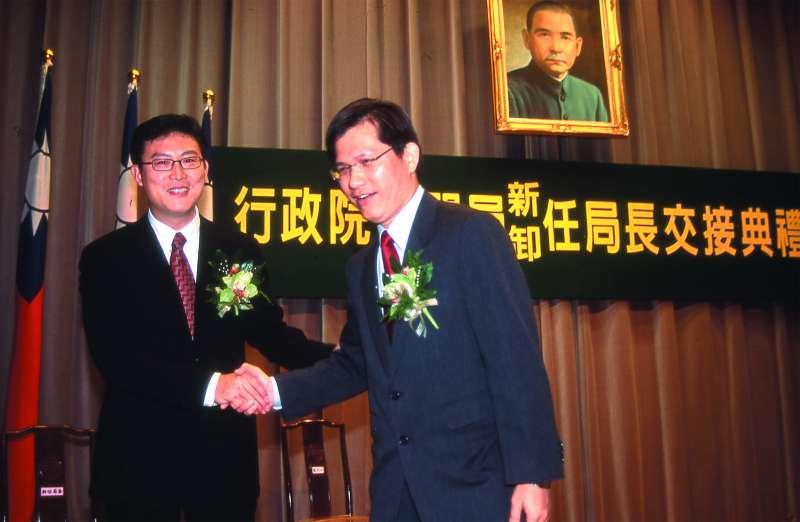 從林佳龍(右)手上接下新聞局長後,姚文智(左)大力推動影視產業的發展,一時鋒頭無兩。(新新聞資料照)