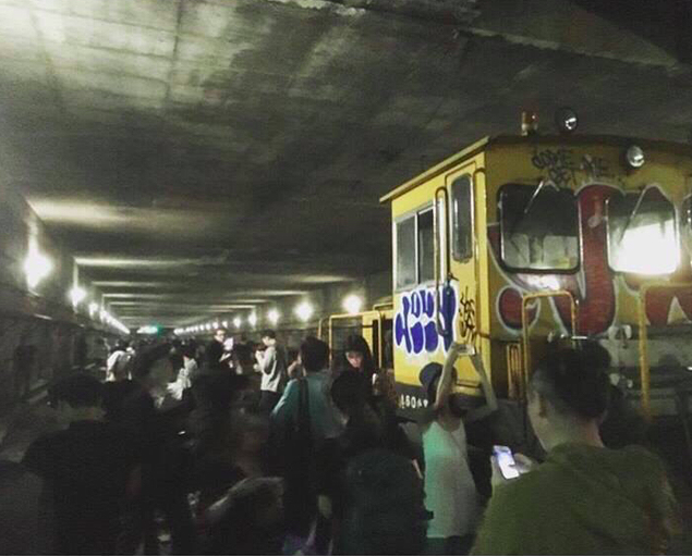 藝文團體「野青眾」疑似擅闖台鐵華山引道地下軌道禁區開電音趴。(取自PTT)