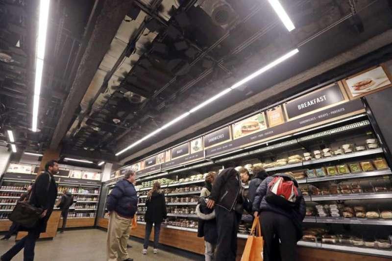 亞馬遜無人商店 Amazon GO,天花板裝有攝影機與感應器(取自網路,作者提供)