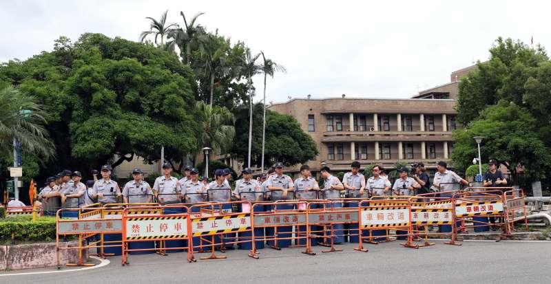 20180620_反軍改團體「八百壯士」下午繞行立法院周邊遊行。警方在改道牌後方持長盾戒備,避免民眾衝向行政院。(蘇仲泓攝)
