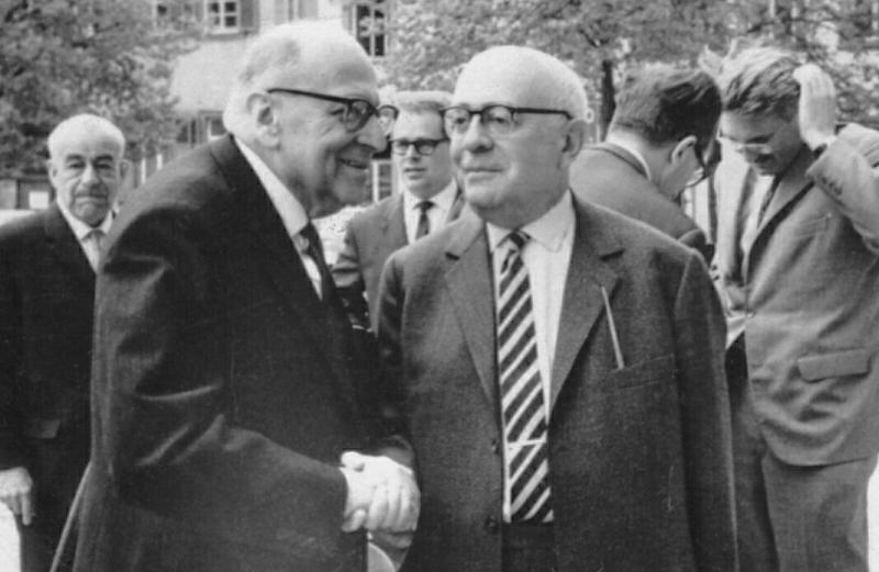 霍克海默 (左前方),阿多諾 (右前方) 與 哈伯瑪斯 (背景右方) 於1965年在海德堡拍攝。(Heidelberg維基百科)