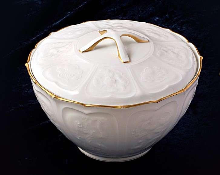 大倉陶園早期創作的作品之一「薄雕鳳凰碗」。(圖/大倉陶園)