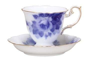 大倉陶園經典的藍玫瑰則是採「岡染」技術製成。(圖/大倉陶園)
