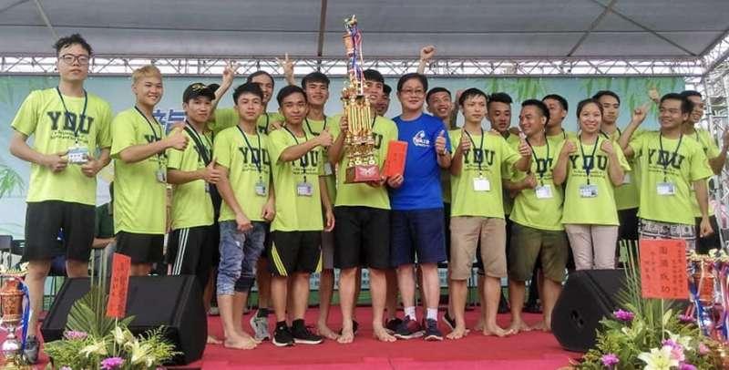 育達科大越南學生贏得「2018苗栗龍舟錦標賽」學生組冠軍,上台授獎。(圖/育達科大提供)