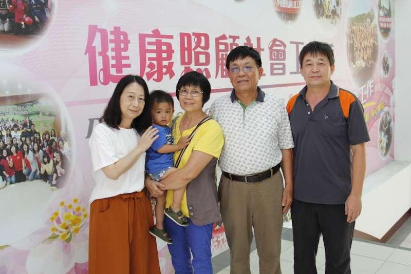 李秋蘭賢伉儷(圖左2)畢業典禮上與社工系主任沈湘瑩(圖左1)、黃寶中老師(圖右1)合照。(圖/育達科大提供)