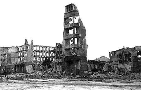 戰後的史達林格勒僅餘斷垣殘壁。(維基百科公有領域)