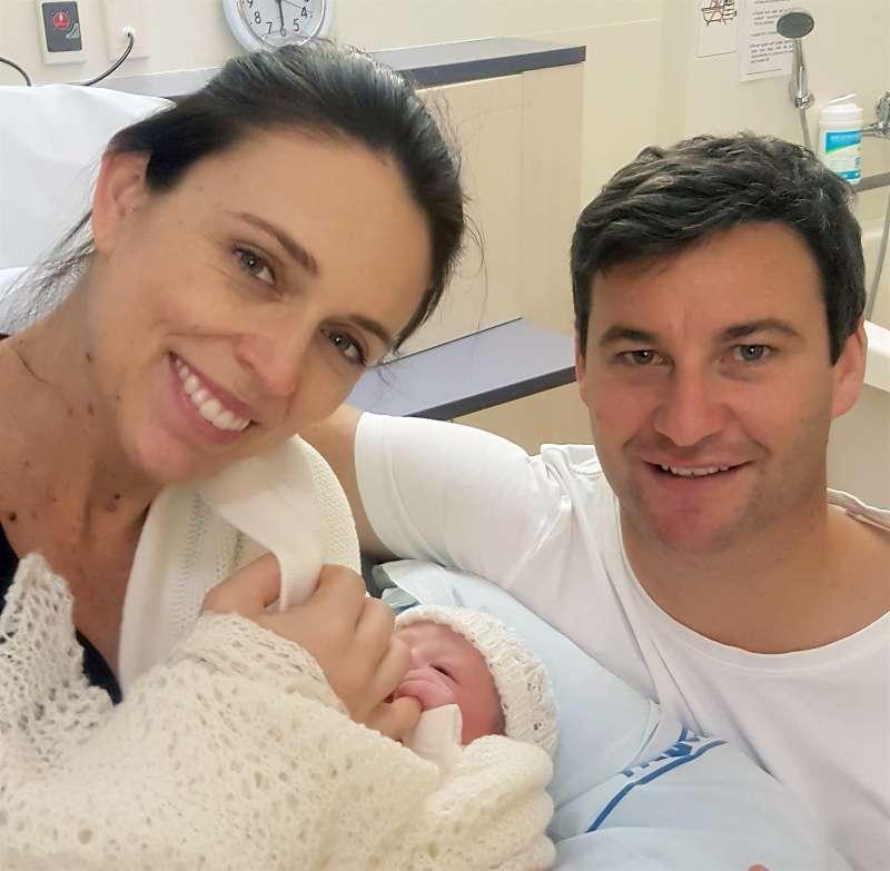 紐西蘭總理雅頓21日產下女兒,她的伴侶蓋福德在旁陪伴。(美聯社)