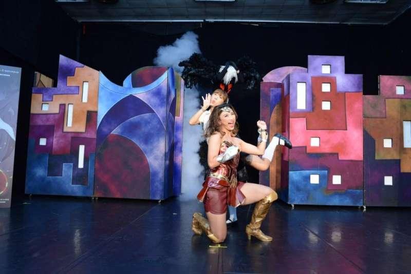 紙風車文教基金會推動「青少年反毒戲劇工程」,藉由輕鬆的戲劇形式、歡樂的現場互動,深入全台各國中校園宣導反毒。(紙風車提供)