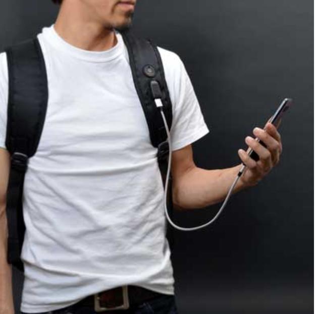 背包肩帶上附有USB 插槽,可將手機與行動電源進行連接。(圖/翻攝自ねとらぼ,智慧機器人網提供)