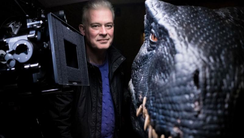 機械恐龍的設計師尼爾斯坎倫與機械恐龍。(圖/翻攝自 latimes,智慧機器人網提供)