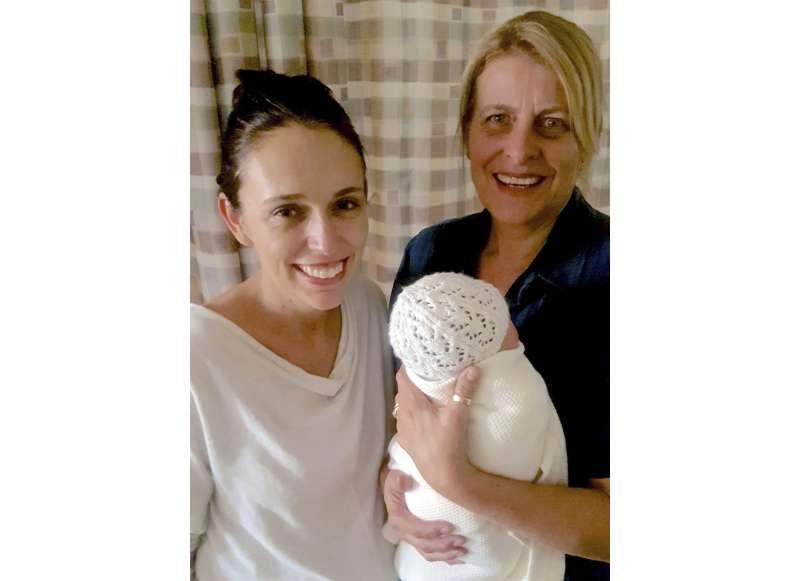 新手媽媽總理雅頓22日在Instagram發布照片,感謝助產士的照顧。(AP)