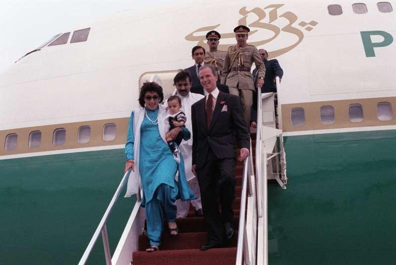已故巴基斯坦總理布托(Benazir Bhutto)在擔任總理時帶著小孩出訪。(維基百科公有領域)