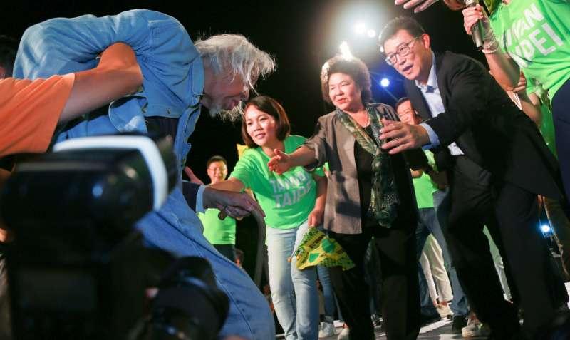 20180623-623民進黨台北市長參選人姚文智首場造勢晚會,獨立台灣會創始人史明上台表示支持民進黨台北市長參選人姚文智。(簡必丞攝)