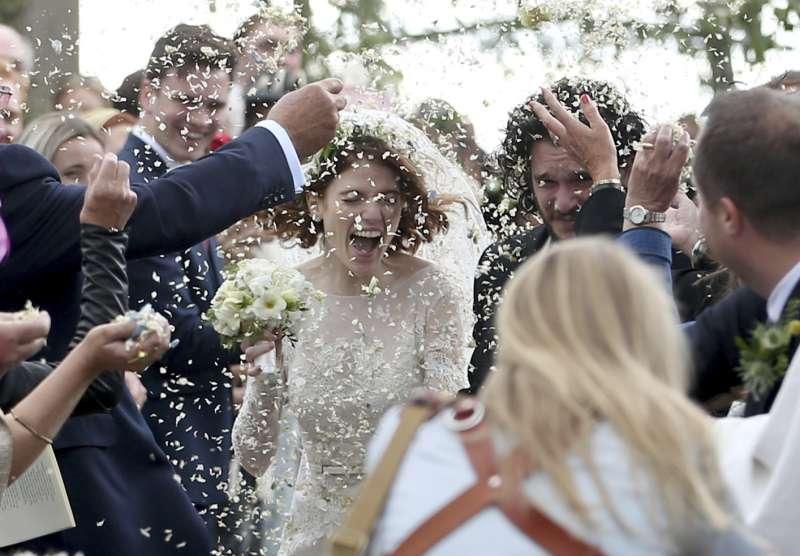 2018年6月23日,《冰與火之歌:權力遊戲》女星蘿絲萊斯莉(Rose Leslie)嫁給同劇男星基特哈林頓(Kit Harington)(AP)