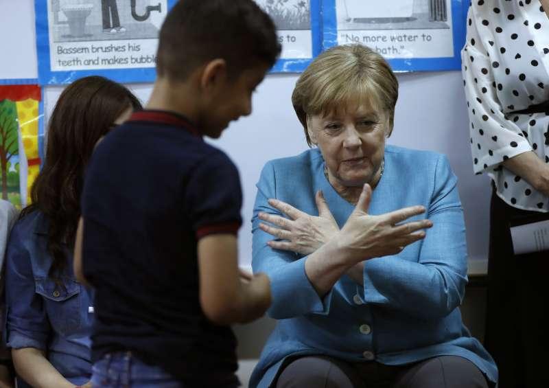 2018年6月,德國總理梅克爾探視中東難民兒童(AP)