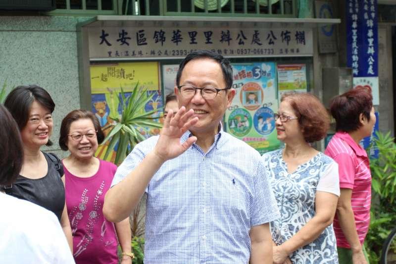 20180625-國民黨台北市長參選人丁守中拜訪基層里長,臨走前向熱情的里民揮手道別。(陳韡誌攝)