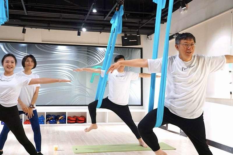 柯文哲在專業空中瑜伽健身教練的帶領下,體驗空中瑜伽運動(圖/ 綺麗廣場提供)