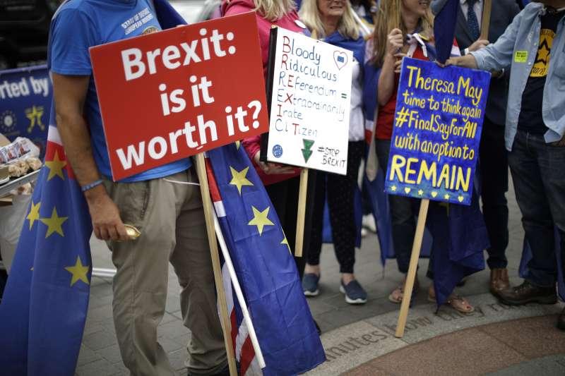 示威民眾質疑脫歐對英國的衝擊。(美聯社)