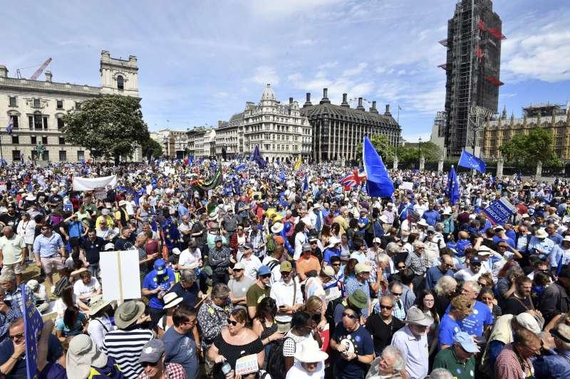 示威民眾揮舞藍金配色的歐盟期,要求舉行二次公投。(美聯社)