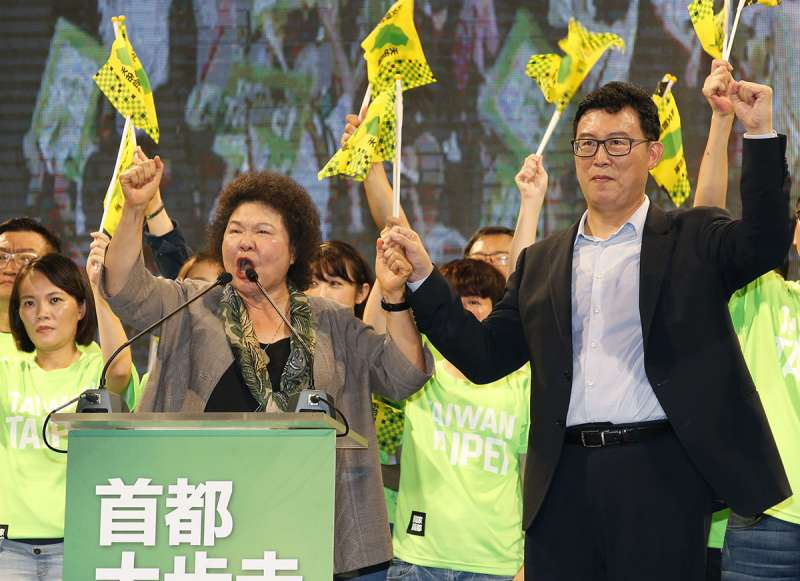 陳菊(左)高舉姚文智(右)的手,卻拉不起綠營在首都的聲勢。(郭晉瑋攝)
