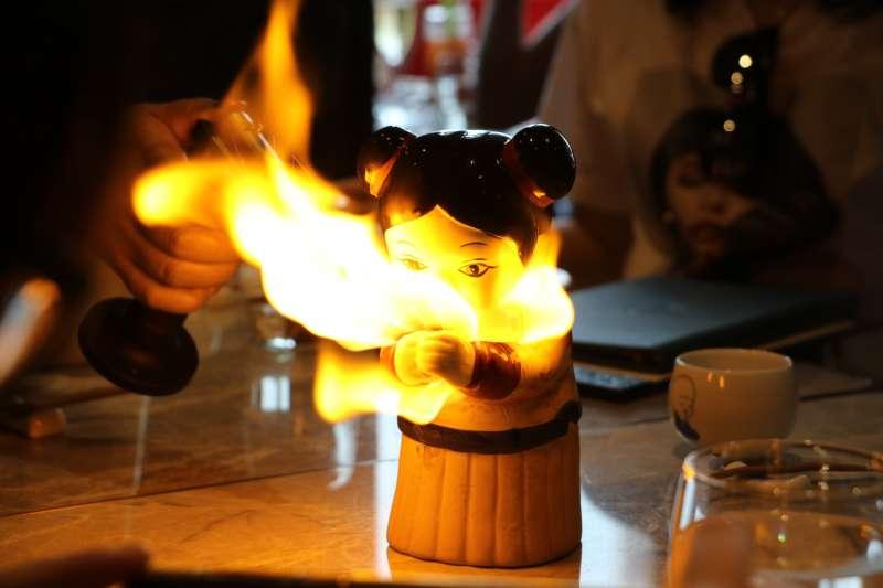 以「火」為靈感的雞尾酒裝在中國陶瓷女娃中,在上餐的同時點燃火焰,帶來驚艷的視覺效果。
