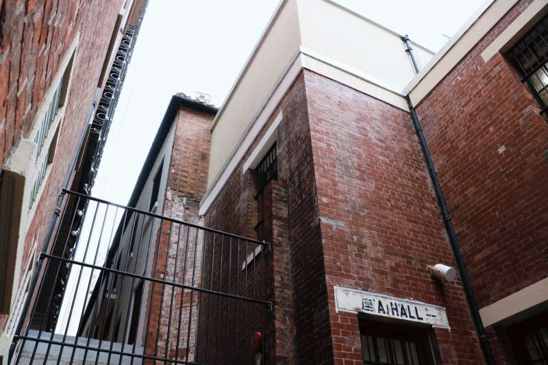 根據胡志明在著作中指出,囚犯每天僅能在建築物之間窄長的天井中踱步15分鐘。