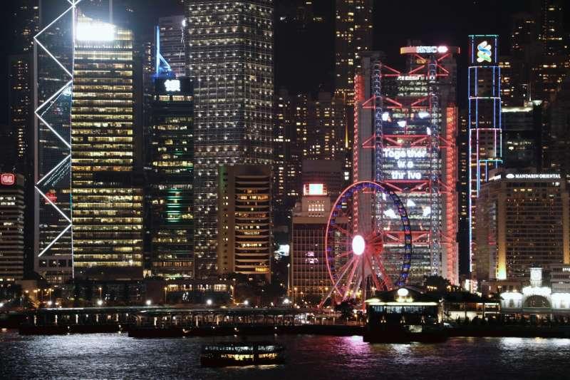 海運大下延伸大樓觀景台讓遊客能飽覽270度的維多利亞港景色,美不勝收!