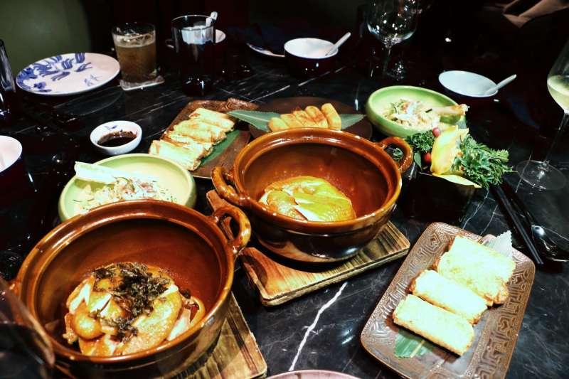 餐廳「六公館」主打新舊融合的新派中國菜,在傳統烹調基礎上融入創作元素,讓美食沒有邊界,在設計時尚帶點古韻的氛圍中,一邊欣賞美景一邊品嚐美食。