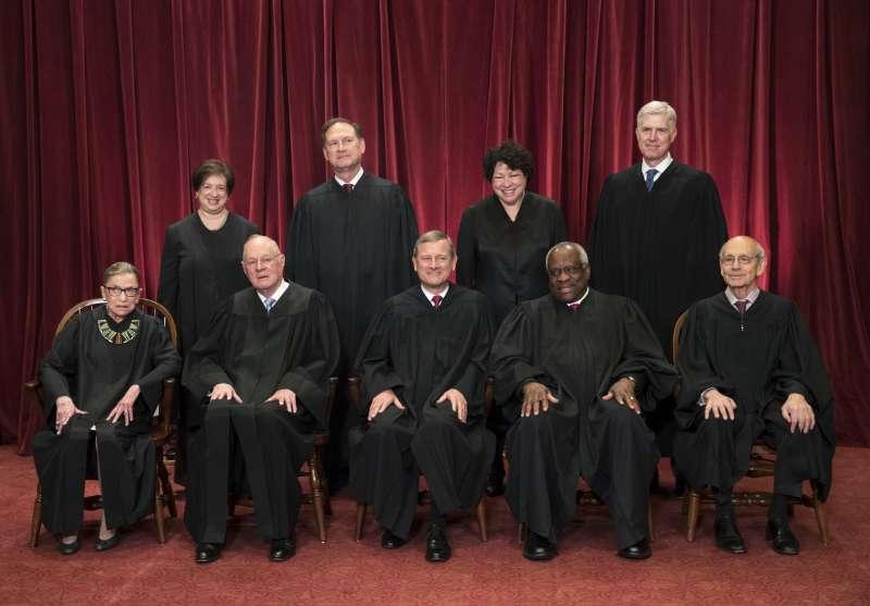 2018年6月,美國聯邦最高法院9位大法官,前排左起:金斯堡、甘迺迪、羅伯茲、湯瑪斯、布瑞爾;後排左起:卡岡、艾利托、索托梅約、葛薩奇(AP)