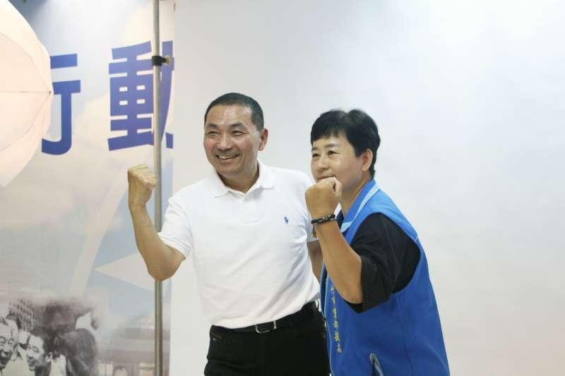 20180628-國民黨新北市長參選人侯友宜(左)與新竹市議員提名人何佳樺(右)拍攝定裝照。(陳韡誌攝)