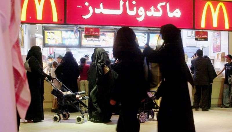 沙烏地阿拉伯有嚴格的「男女隔離」限制,無論是點餐或用餐,男女都必須分開(美聯社)