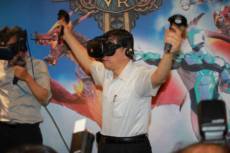 台北市長柯文哲29日上午前往「台北數位產業園區digiBlock Taipei」開幕典禮,柯文哲也化身「飛龍」,體驗以VR觀覽北市景觀。(方炳超攝).jpg