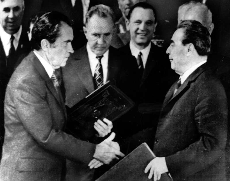 1972年尼克森與布里茲涅夫在莫斯科簽署《反彈道飛彈條約》、《戰略武器限制條約》與《美蘇海上事件協議》,成為美蘇冷戰和緩的重要里程碑。(美聯社)