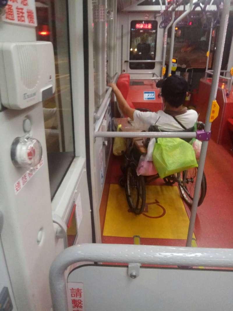 20180630-有民眾搭公車時注意到,有身障人士搭公車時,司機卻沒有為其繫上安全帶,造成身障者在搭乘時充滿危險。(讀者提供)