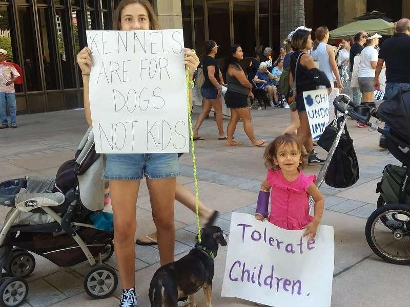 媽媽、女兒與狗都來抗議。(夏威夷日報提供)