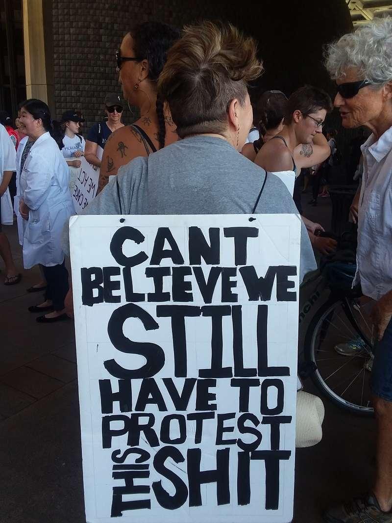 抗議標語十有點粗俗,却反應抗議者的心聲。(夏威夷日報提供)